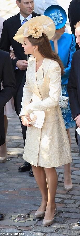 Кейт Миддлтон в одинаковом платье-пальто: 2011