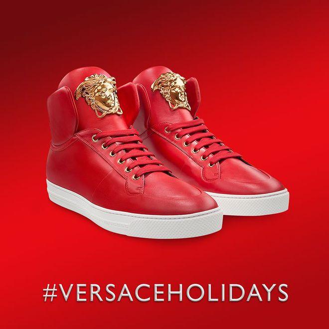 Горячие помощники Санты в рождественском видео Versace