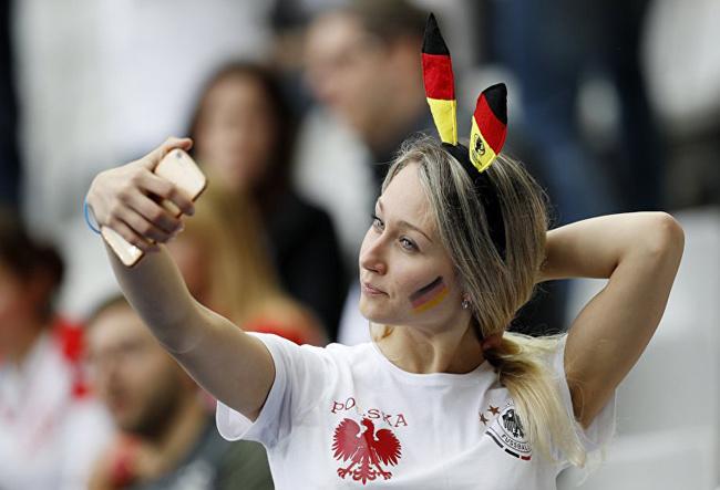Самые яркие болельщицы Евро 2016