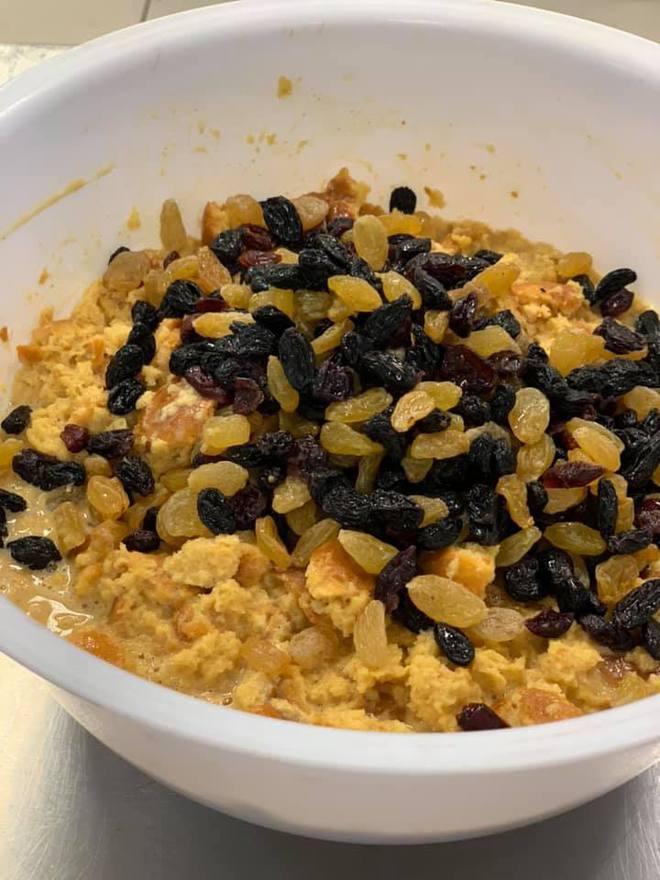 Карамельный пудинг с изюмом, клюквой и орехами: вкусный рецепт