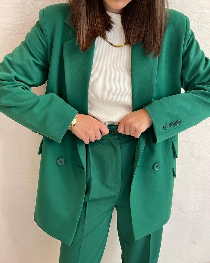 Классический брючный костюм в трендовом зеленом цвете