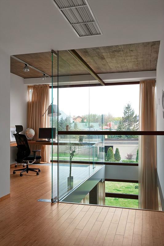 Домашний кабинет с красивым видом из окна