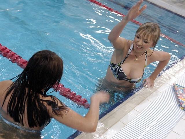 секс фото у басейні