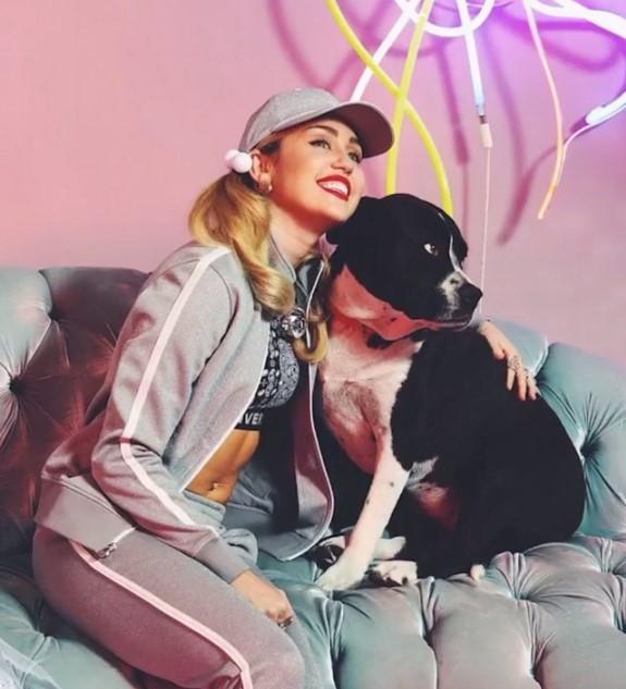 Майлі Сайрус з улюбленою собакою