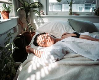 Спать голой: полезно или вредно