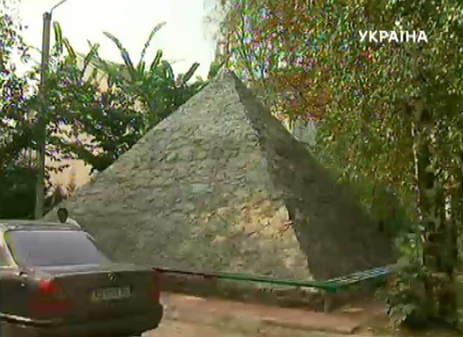 В этих  пирамидах лечатся люди