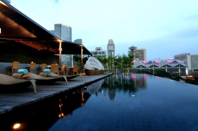 Отель с бассейном на крыше