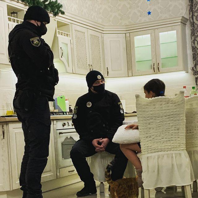 Донька Анастасії Приходько Нана з поліцейськими
