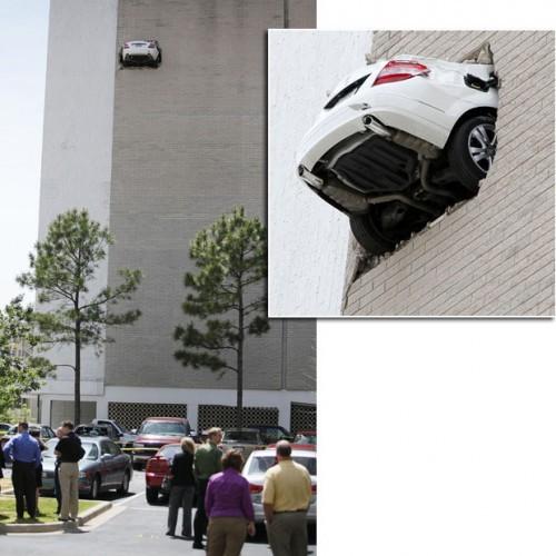 Mercedes висит на седьмом этаже гаража OMG