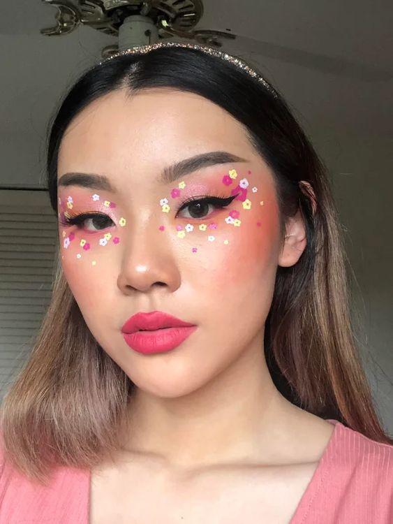 Тренд в макіяжі 2021: квіти на обличчі