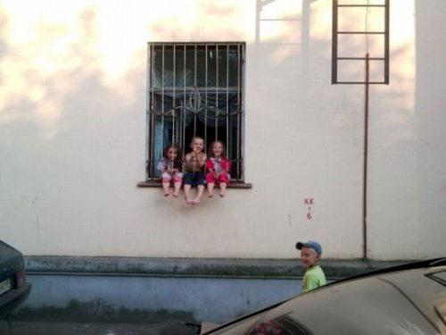 Муж вывел детей погулять