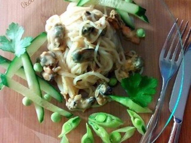 Салат с мидиями и рисовой лапшой