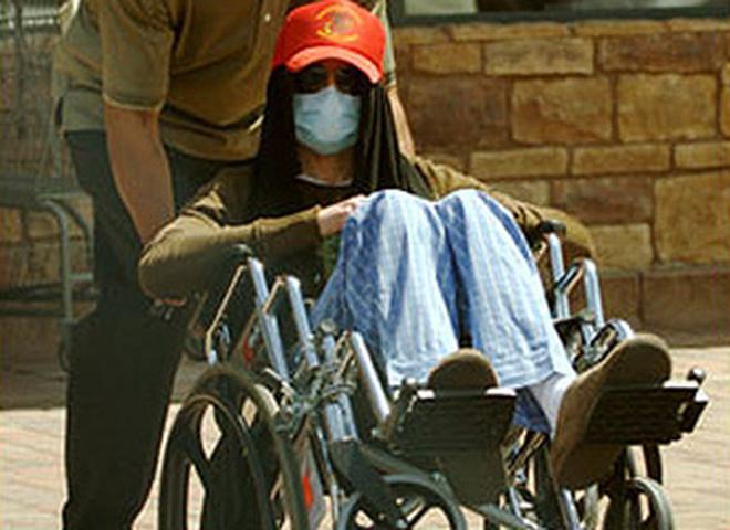 Майкл Джексон передвигается на инвалидном кресле
