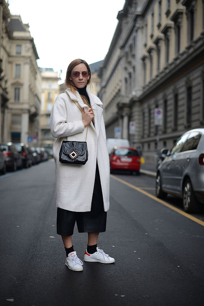 З чим носити біле взуття восени