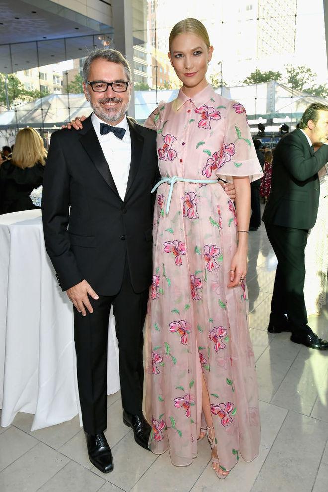 Карли Клосс в платье от Carolina Herrera