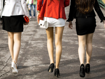 Девушки в юбках: влияет ли одежда на жизнь