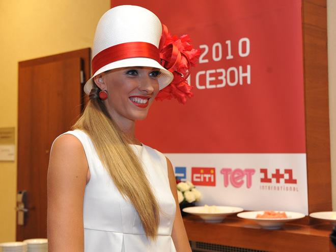 Ирина Пегова в полосатом купальнике показала пышную грудь
