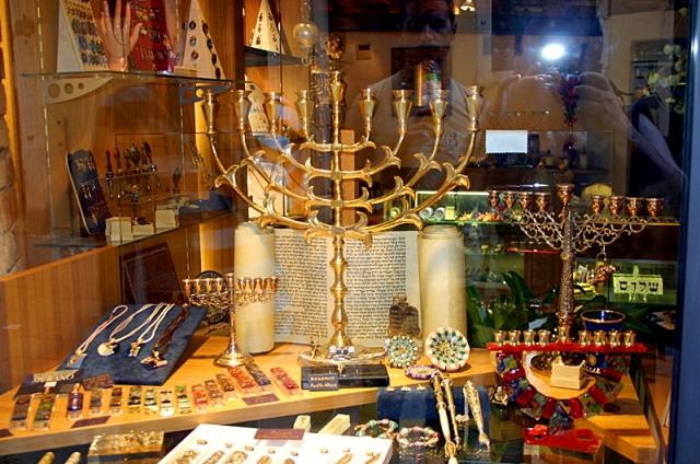 Какие сувениры привезти из Израиля: менора