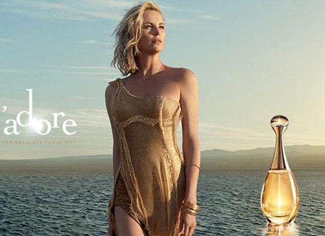 Шарліз Терон торкається дощу в рекламі Dior J'adore