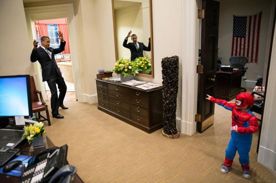 Обама играет с сыном одного из работников белого дома