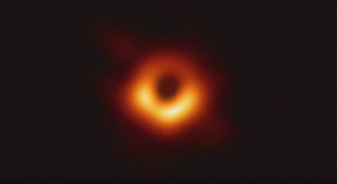 Перше в історії фото чорної діри