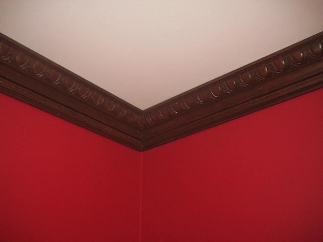 приведены деревянные плинтуса на потолке фото банеры, артинки