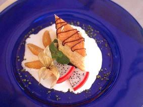 Бисквитный десерт с экзотическими фруктами