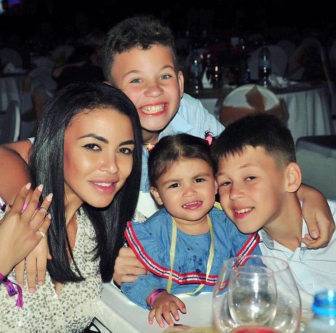 Поліна Ололо з родиною