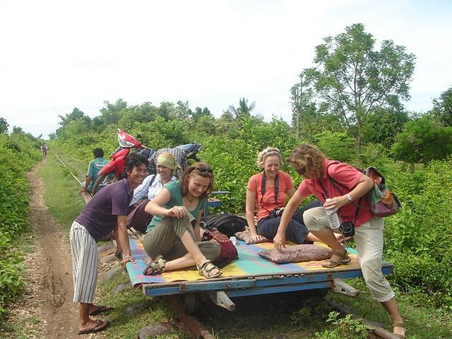 8 найбільш незвичайних видів транспорту: Бамбуковий поїзд, Камбоджа