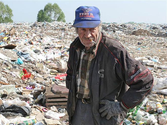 Дома фотосессия бомжиха отсосала за мусорной свалкой торгового