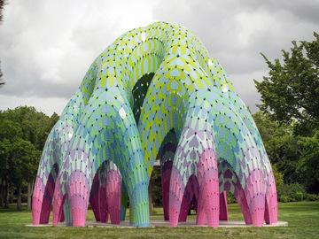 Яркий парковый арт-объект