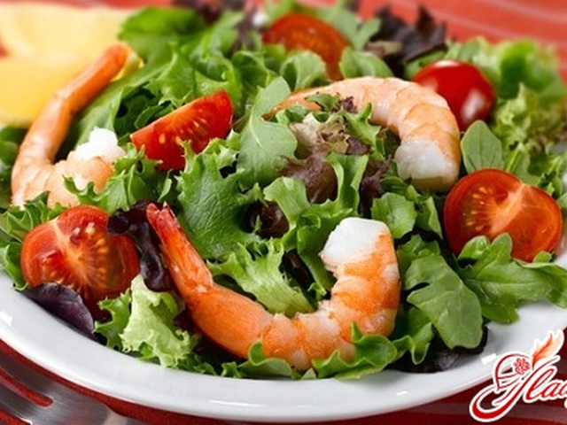 Салат с креветками и листьями салата с фото