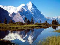 Заснеженные вершины и озеро