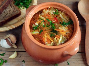 Щи из свежей капусты, традиционный русский вегетарианские щи, капуста, морковь, вода, соль, зелень