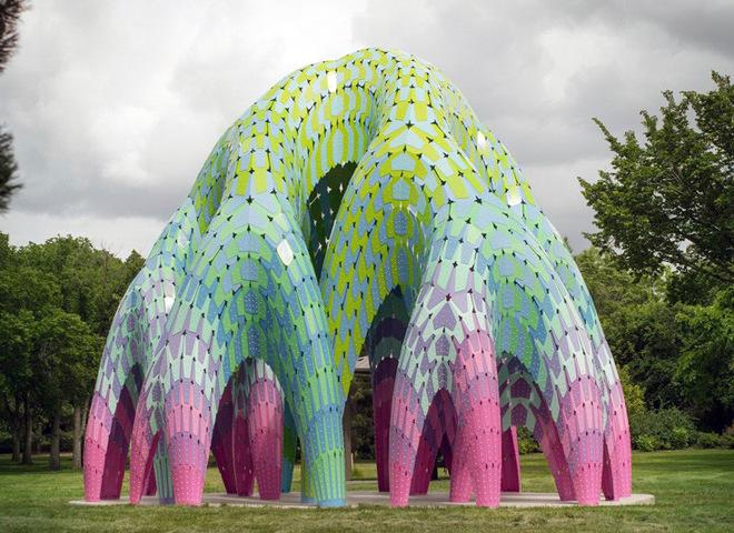 Яскравий парковий арт-об'єкт