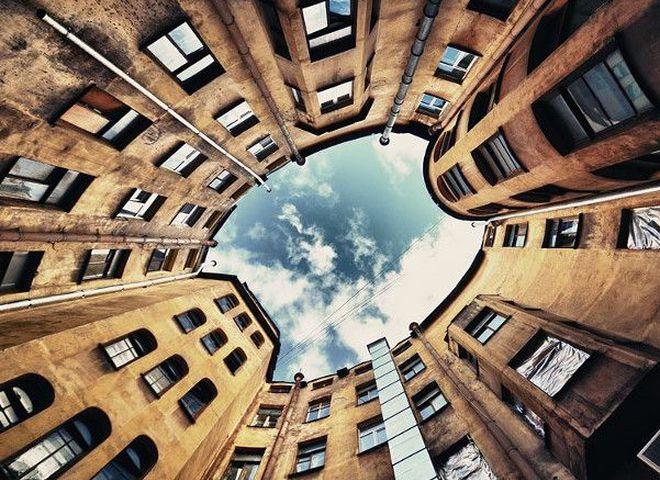 Деталі великої столиці: любовний трикутник воронів, будинки-колодязі і ліфт для інтровертів