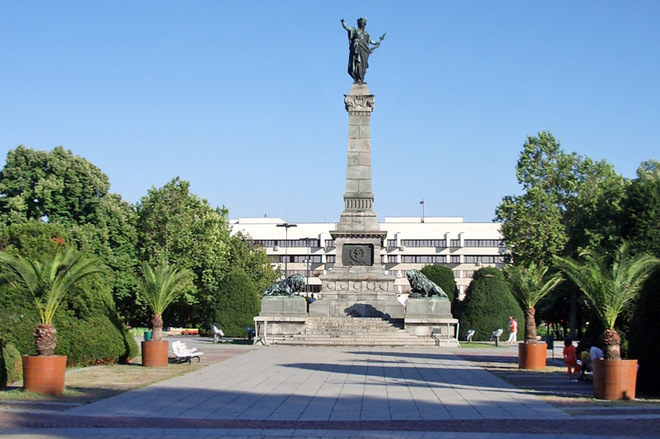 Дух незалежності і свободи на головних площах столиць
