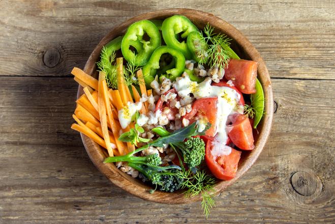 Салат из брокколи, гречки, овощей и орехов