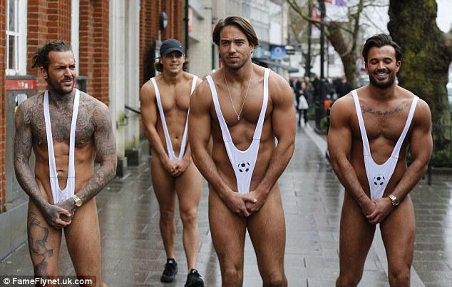 Члены футбольной команди Англии после проигрыша прошлись по улице в мини-купальниках