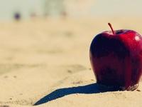 Яблоко на песке