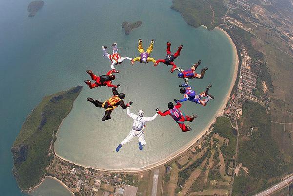Крутые трюки парашютистов