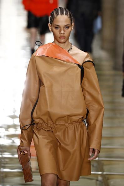 как носить кожаный плащ весной 2020