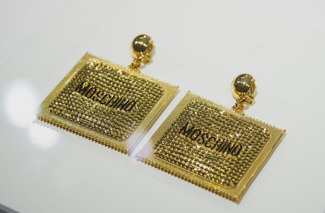 Стильно и креативно: Moschino совместно с H&M выпустили сумки и серьги в виде презервативов