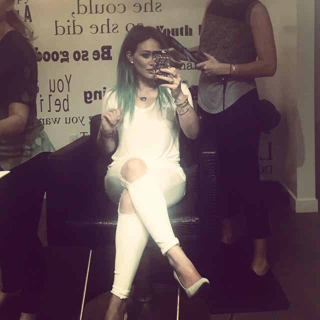 Хилари Дафф покрасила волосы в бирюзовый оттенок