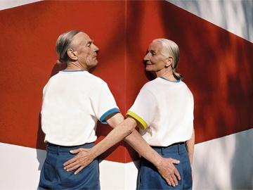 Пожилая пара позирует