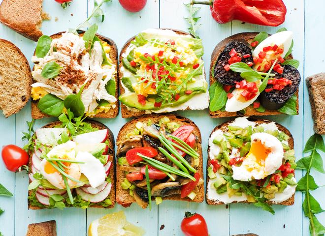 Тост с авокадо и шампиньонами: быстрый рецепт