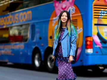 Кроссовки с платьем: как носить