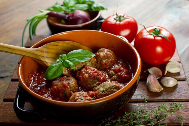 Тефтели в духовке, мясо, осощи, зелень, соль, масло, помидоры, часнок