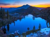 Озеро, горы и закат
