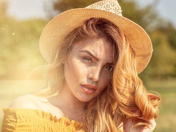 дівчина на сонці